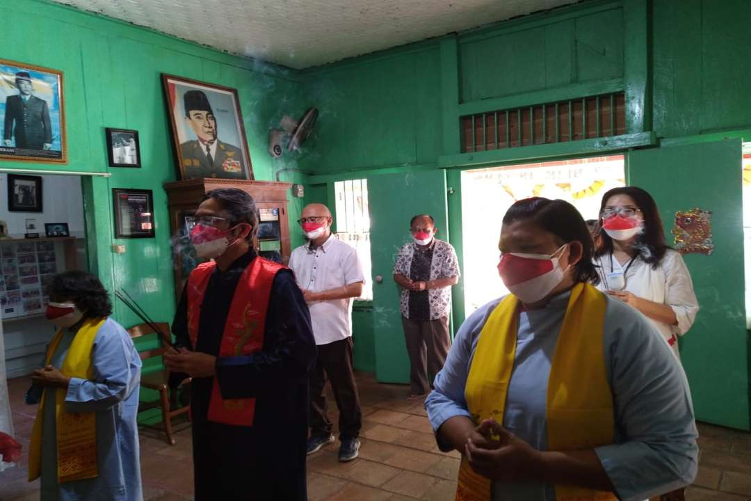 Ws. Wawan Wiratma Pimpim upacara sembahyang dialtar alm Djiauw Kie Siong, Rengasdenglok